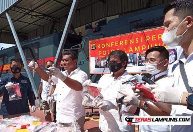 Wakil Direktur Kriminal Umum Polda Lampung, AKBP Ardian Indra Nurinta, menjelaskan kasus C3 di Lampung selama dua pekan bulan Mei 2021, dalam konferensi pers di Polda Lampung, Rabu (2/6/2021). Foto: © Teraslampung.com
